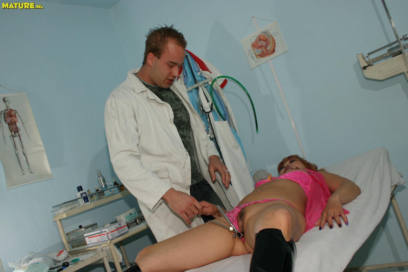 devushka-v-kresle-u-ginekologa