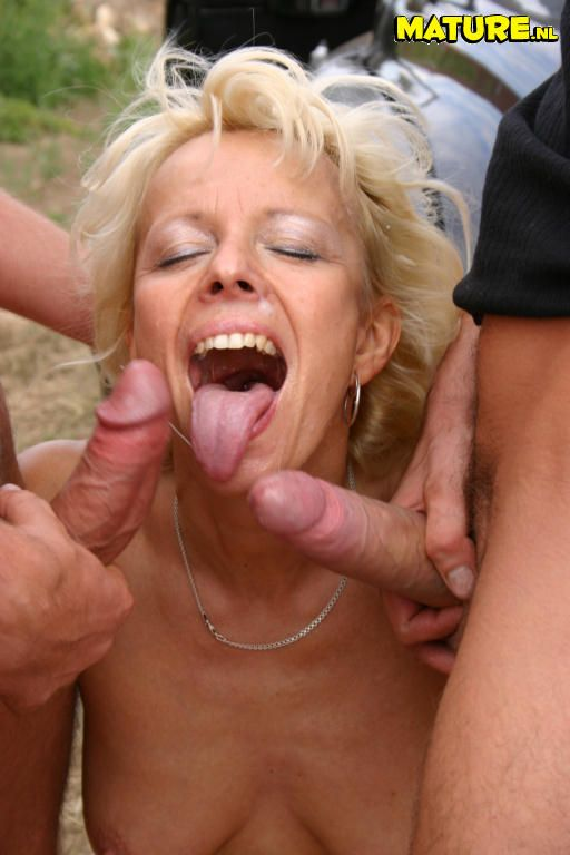 Mature woman cumming