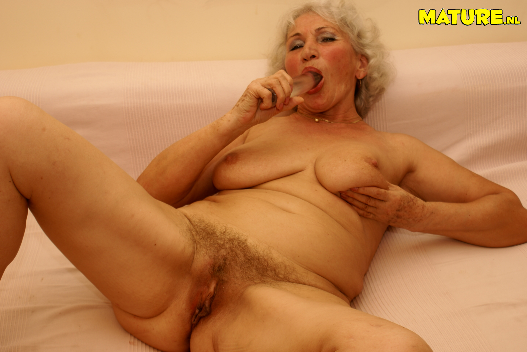 this grandma loves playing with her wet pussy - grannypornpics