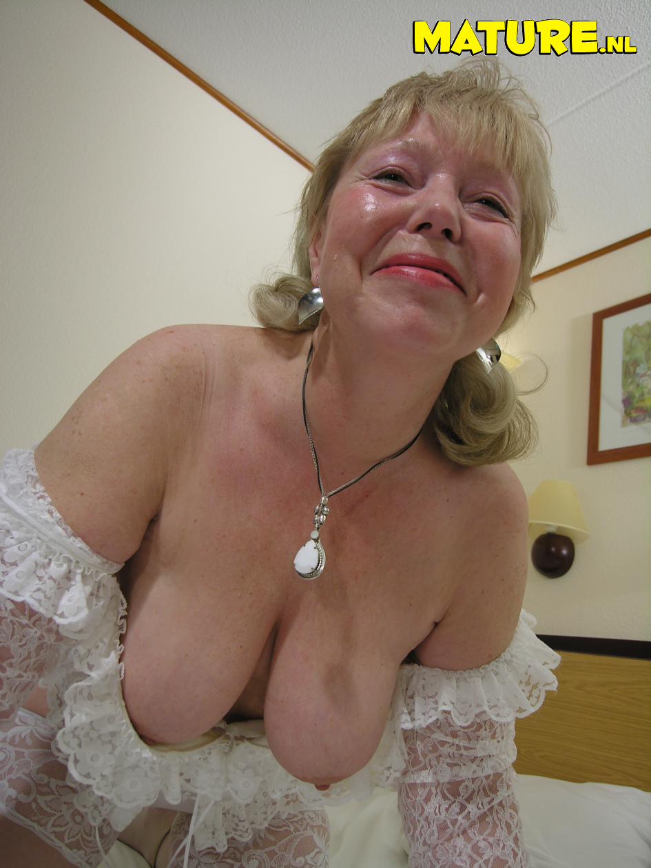 this granny loves to show her stuff - grannypornpics