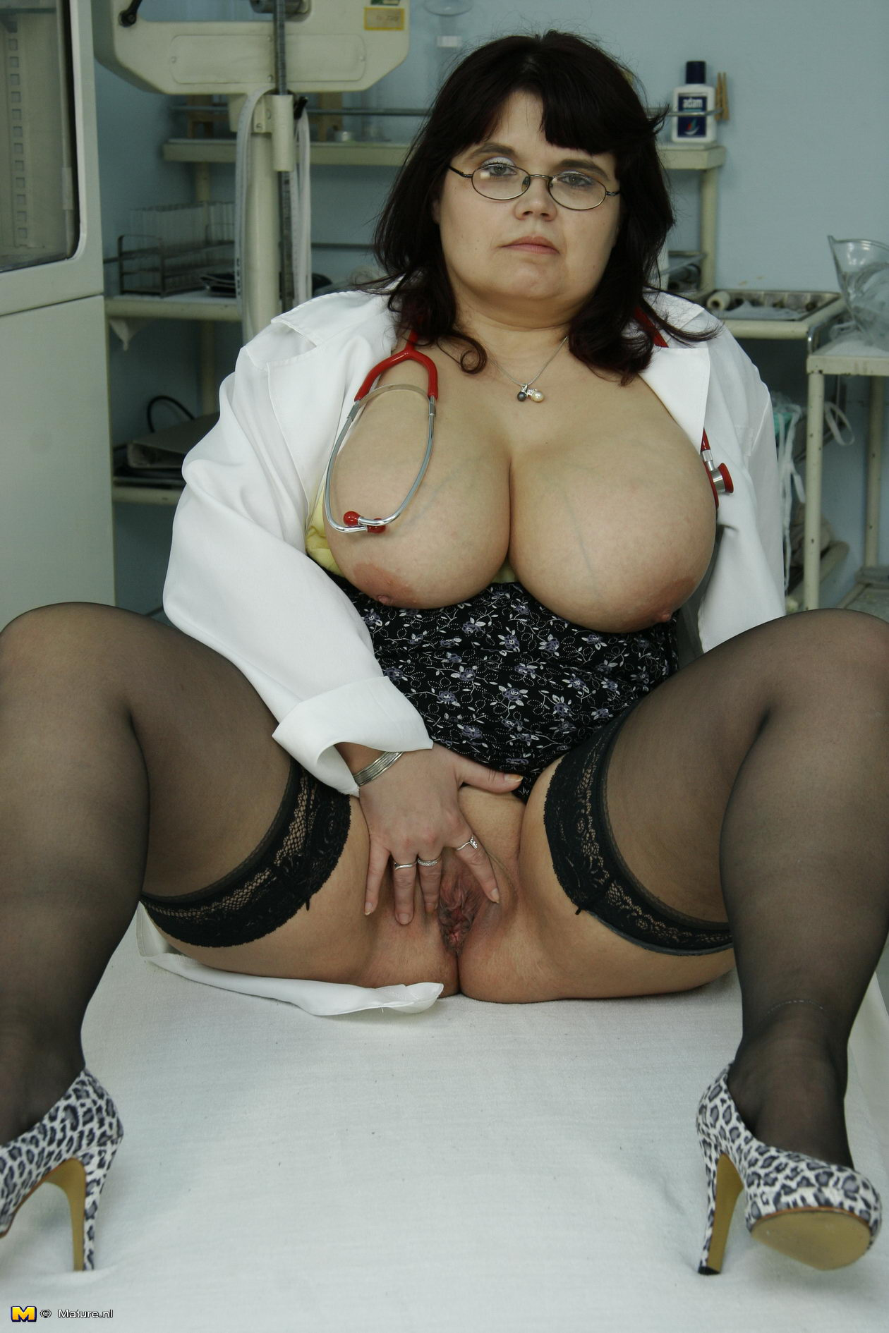 Толстая у гинеколога крупно 5 фотография