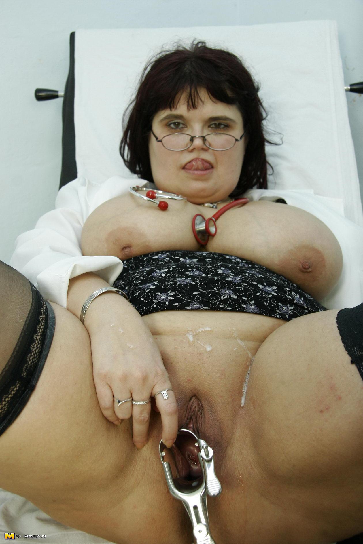толстая баба в гинекологическом кресле