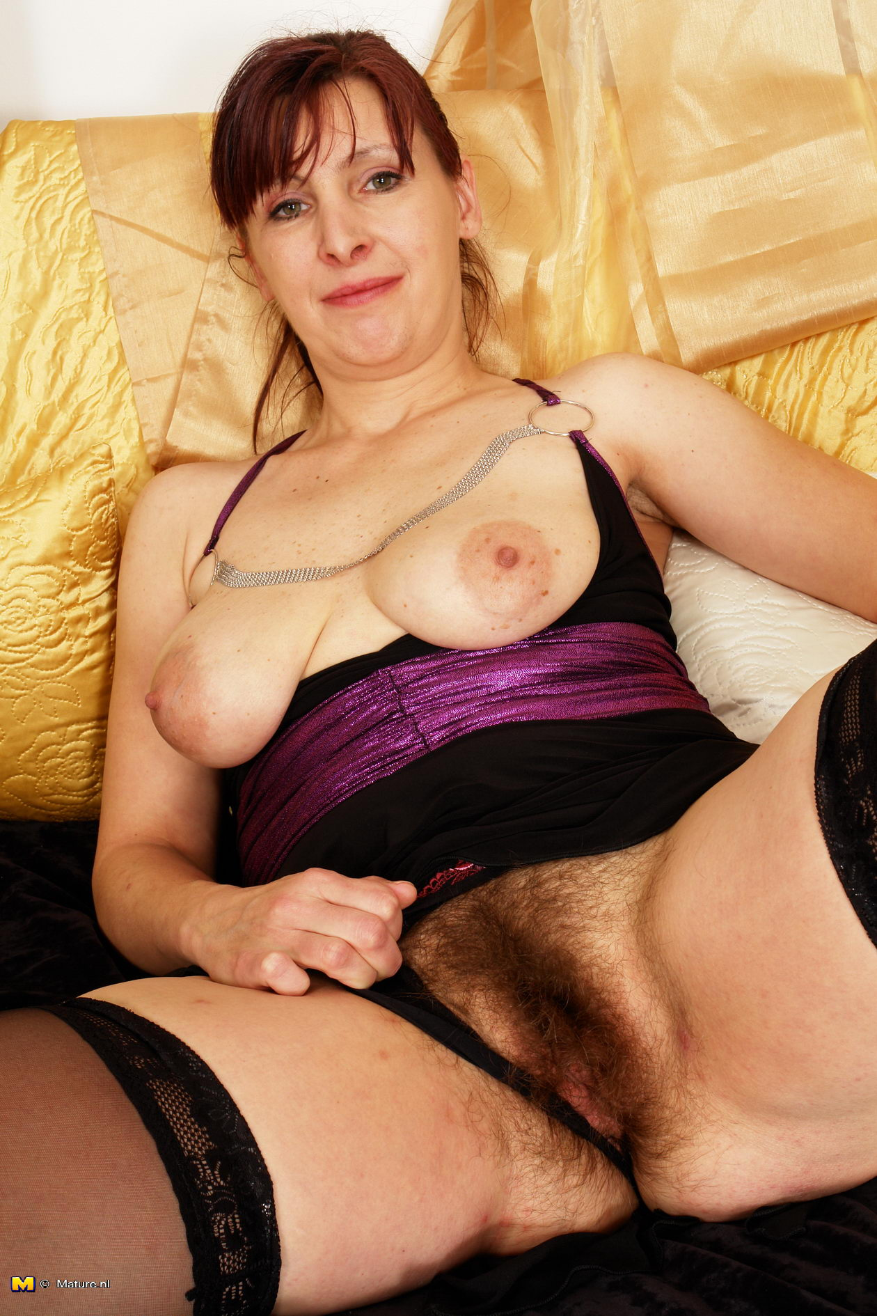 this hairy mom loves to play with herself - grannypornpics