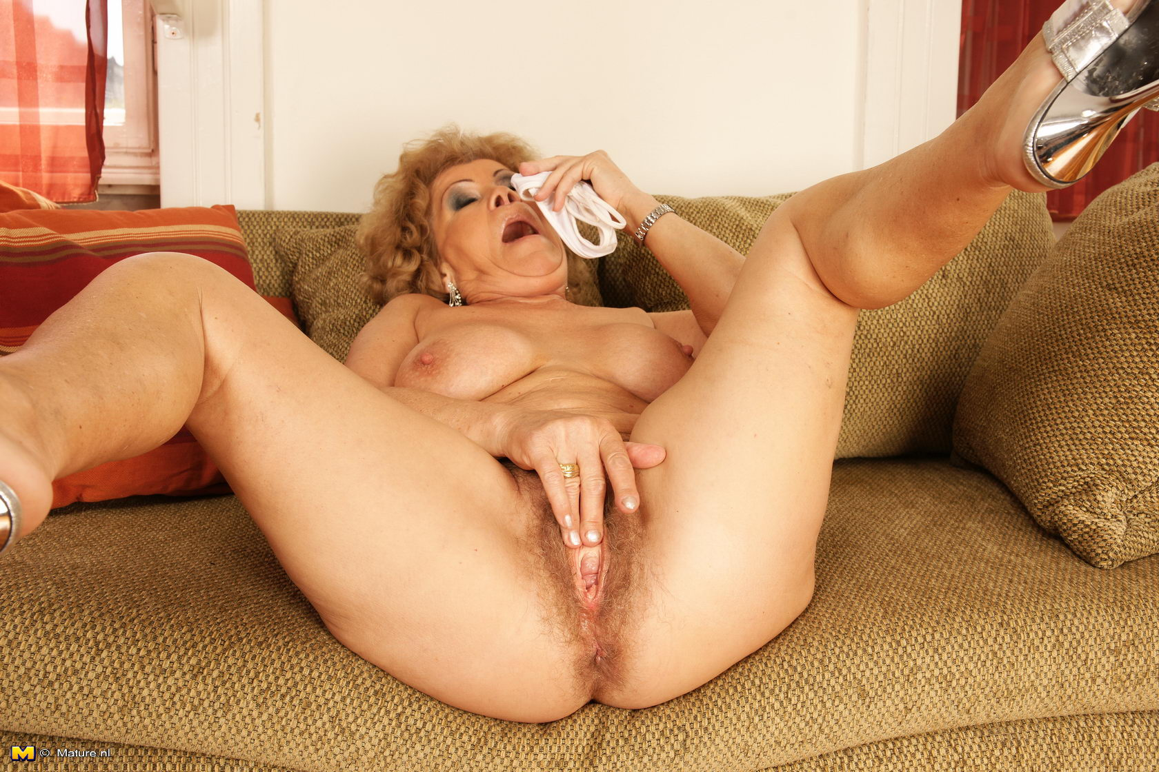 Hairy mature granny nl