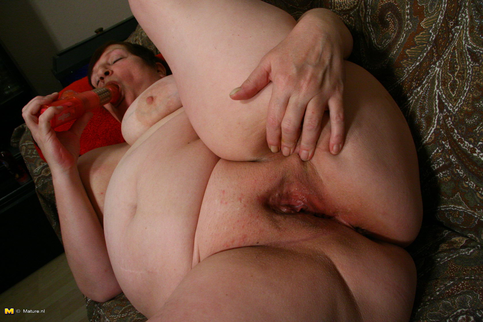 Chubby mature lady playing with her pussy 2