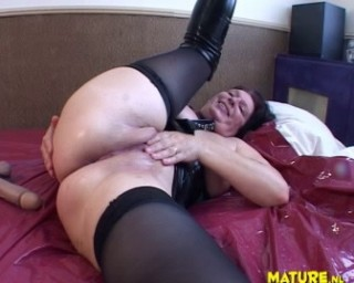 Squirting mature slut sucking and playing