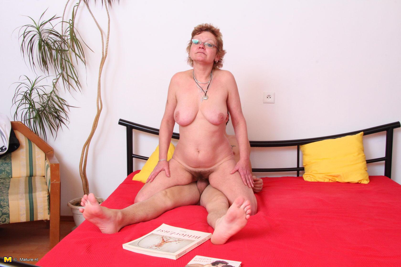 Подглядывает за пожилой мамой в порно фото 87-131