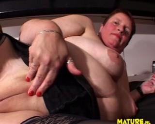 Chubby mature slut getting herself done