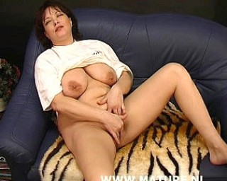 Chubby mature cunt playing and sucking