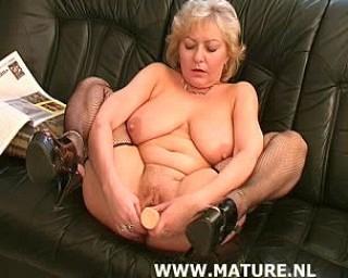 Horny mature slut doing a fisty black guy