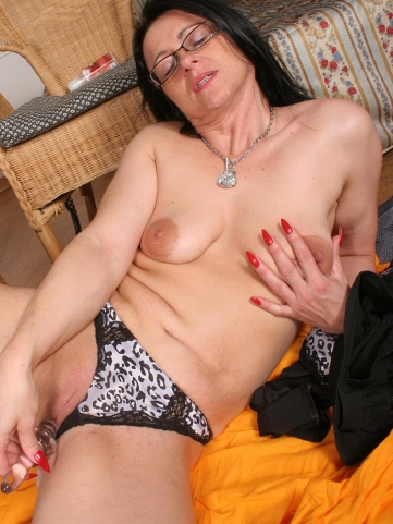 reife hausfrau befriedigt sich mit glasdildo sexyomas erotikbilder