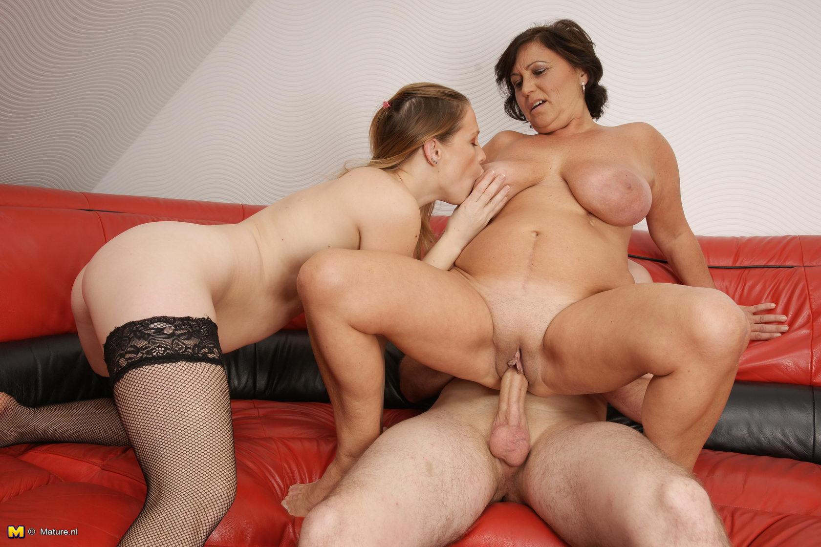 Мамочка с большими сиськами и дочка