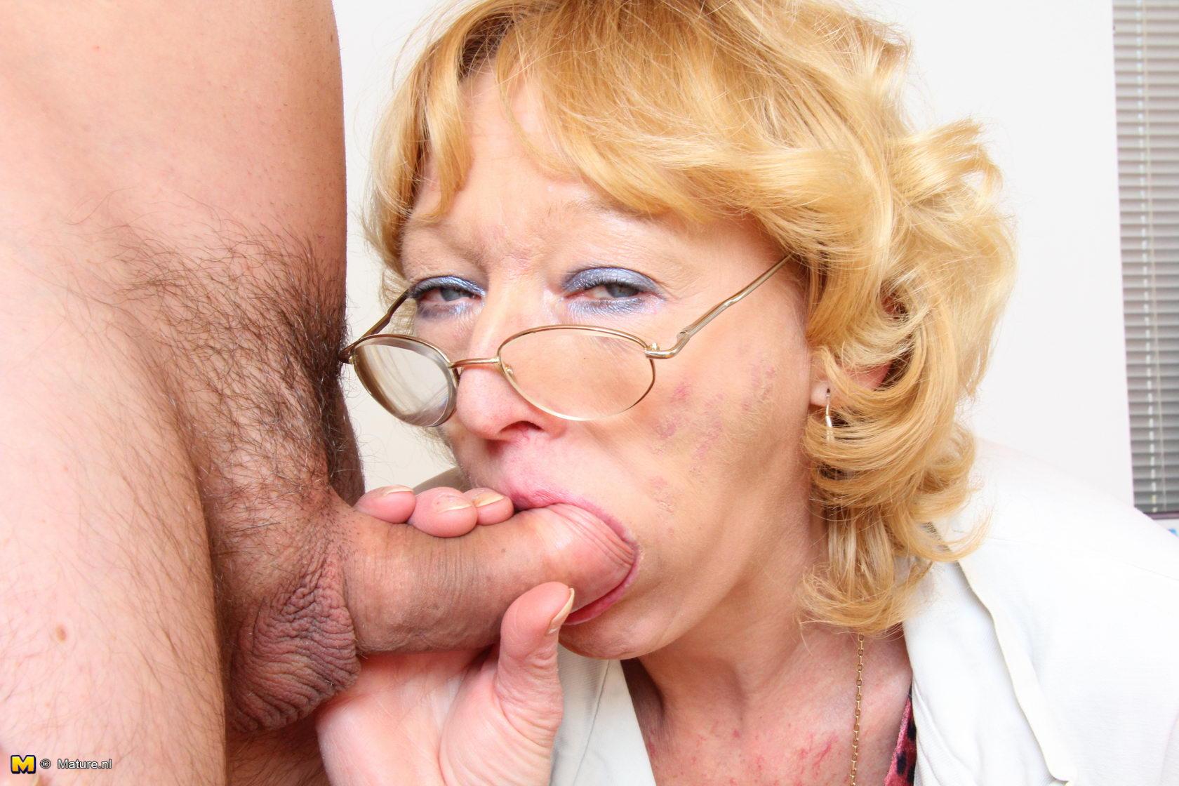 Толстая бабушка отсасывает внуку хуй 9 фотография
