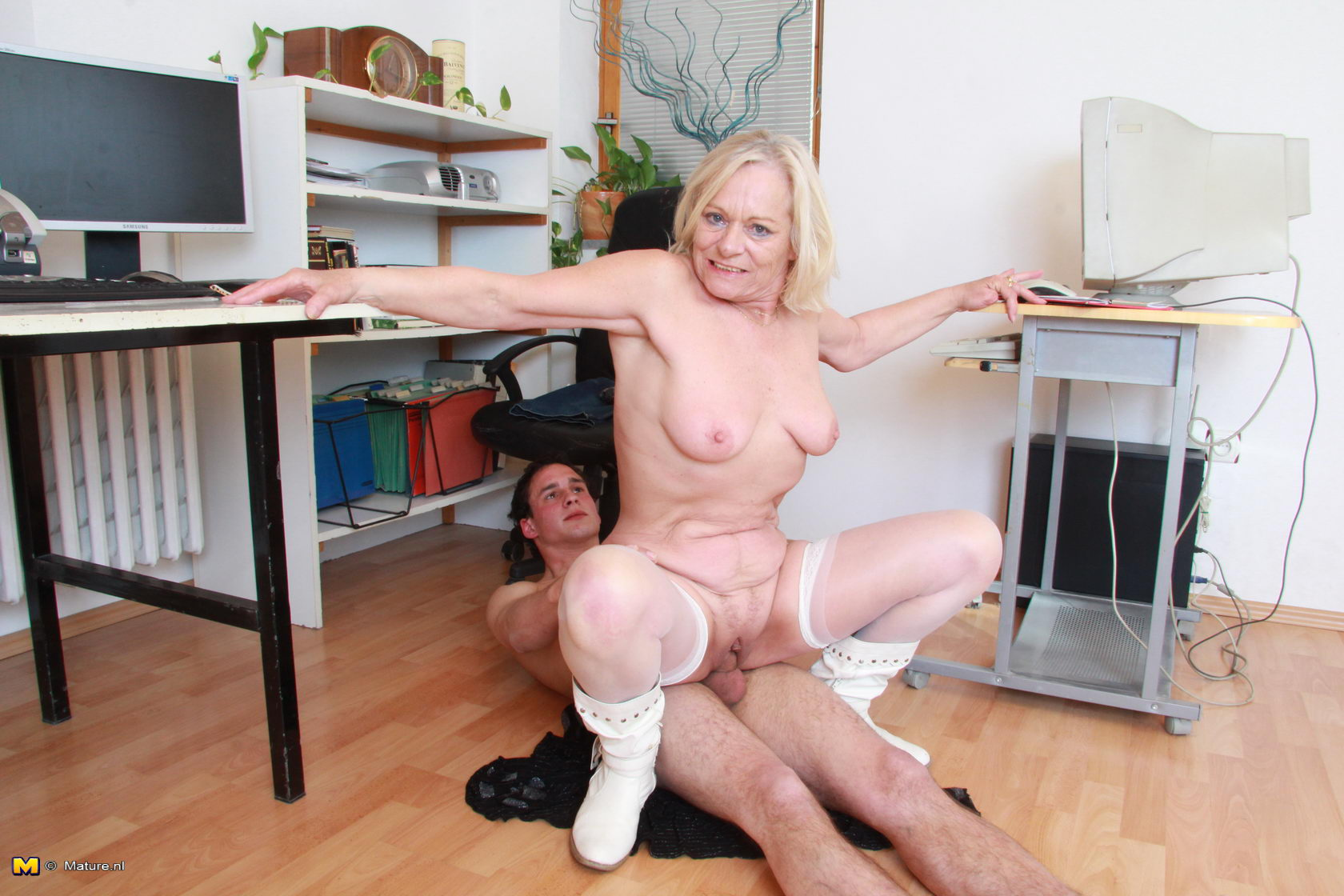 Horny slut fucks office hunk on desk as hot young pa watches