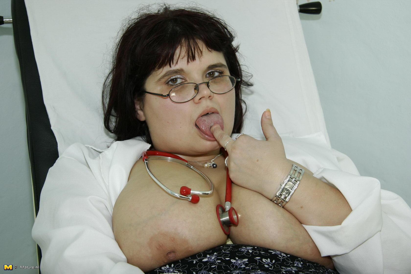Толстая на приёме у гинеколога 4 фотография
