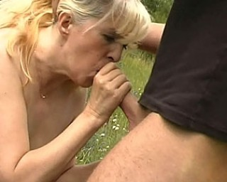 This kinky mature slut loves sex outdoor