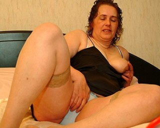 Omaseks Chunky mature slut playing with her toys