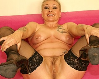Mature-nl This horny mature slut really loves her toy