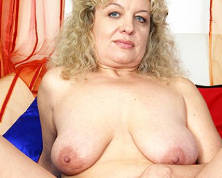 Omaseks Chubby mature slut playing with herself